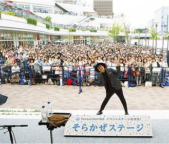 新ステージ名を発表したつるの剛士さん。ライブには約2600人が集まった