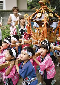 子ども神輿を担ぐ園児たち
