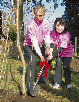 植樹する皆川会長(右)と鈴木市長