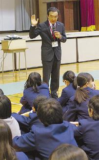 生徒に問いかける若尾さん