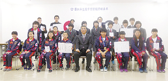 表彰式で鈴木恒夫市長(中央)から表彰状を受け取った