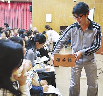 「涙千箱」で泣き言を回収する吉田さん。泣ける動画を見て、涙を拭う参加者もいた
