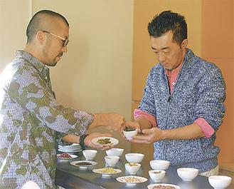 陳皮や生姜などの原料をブレンドする大蔵さんと佐々木さん(右)
