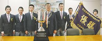 馬術部員たちと鈴木市長(中央)