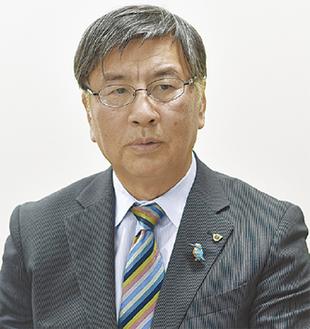 インタビューを受ける鈴木恒夫市長