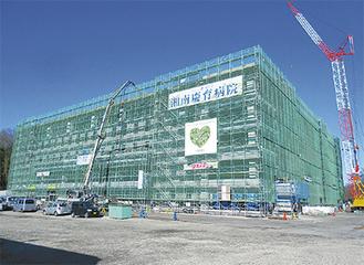 慶應SFCに隣接する土地に建設中の5階建ての新病院。市西北部の医療拠点、街づくりの中核として期待される