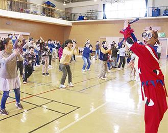 参加者全員で南さん(右)とダンス
