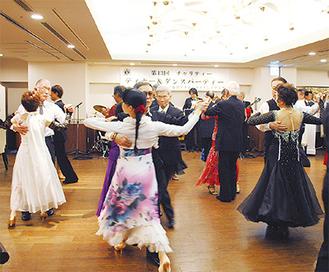 生演奏に合わせて踊る参加者
