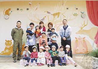壁画作者の新澤さん(後列左)と島田理事長(後列右)と園児ら