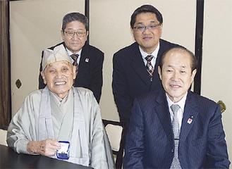 紺綬有功会に入会した遊行寺加藤住職(前列左)
