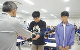 卒団章を受け取る中川さん(中央)と松尾さん(右)