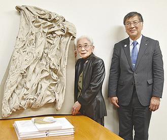 作品を持つ熊沢さんと鈴木市長