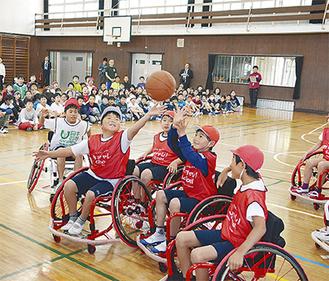 車椅子バスケを体験する子どもたち