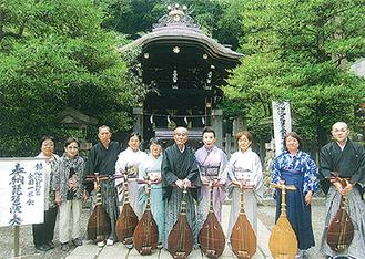 神社前に並ぶ昨年の演奏者たち