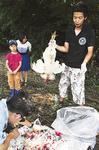 解体した鶏を手に、解説する菅田さん