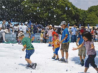 冷たい雪で遊べる広場や、降雪ショー、ミニかまくら作りなど、涼を楽しめるイベントが開かれる(イメージ)