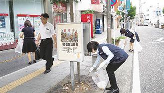 開店前に通りを清掃