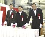 発進之儀に臨む鈴木市長(左)ら