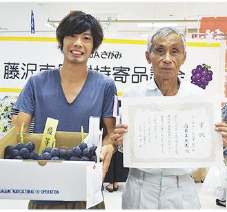 ブドウの鈴木さん(左)は2年ぶり2回目の優等、ナシ優等の高橋さんは3年連続の優等となった
