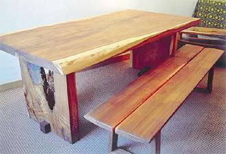 屋久杉を使ったダイニングテーブルと、米杉で制作したベンチ