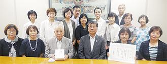 鈴木市長(前列左から4人目)に表彰された町田代表(同3人目)、星さん(同5人目)と湘南ポラリスハーモニーのメンバーら