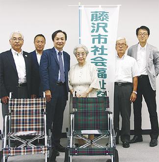 (左から)太田副会長、松長さん、坂本会長、泉さん、加藤会長、片山睦彦市福祉健康部長