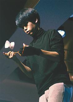 昨年の大会で技を披露する袴田さん
