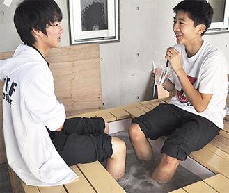 多くの人が足湯を利用した
