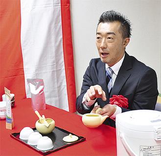 日本茶の入れ方を解説する佐々木さん