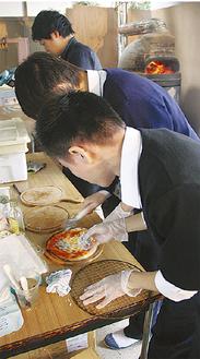 設置した釜を使い、ピザを手作りする生徒たち