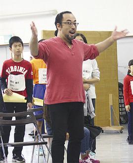 稽古に臨むオペラ歌手と、一般の出演者たち