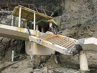 台風21号の影響で崩落した江の島岩屋の階段(写真提供:藤沢市)