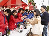 雨でも行列 ワイン祭り賑う