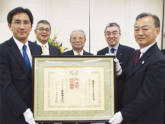 現会長の杉下さん(左)と歴代会長