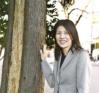 樹木医学会賞を受賞した太田教授横に立つ樹木は校内のスギで、幹の薄茶色の部分が病原菌による病気にかかっている部分