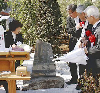 除幕式に臨んだ浅野会長(左)と鈴木市長(右から3人目)ら