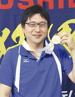 金メダルを手にした坂田さん