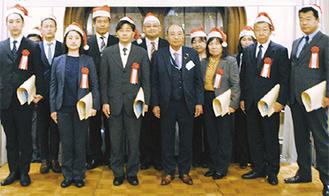 川又会長(中央)と表彰者ら