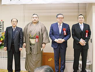 横綱らと檀上に上がった最上会長(左)