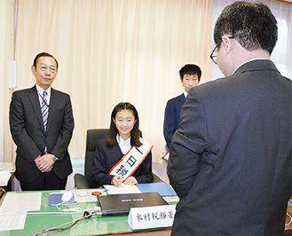 書類への決裁を行った木村さん
