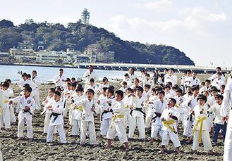 江の島を背に稽古を行う子どもたち