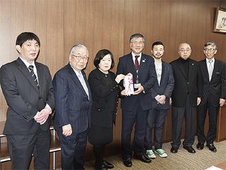 元商店会の会員が市役所を訪れ、市町へ寄付を手渡した