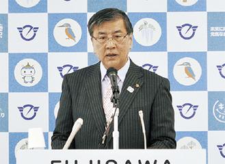 会見に臨む鈴木市長