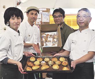 ふるさと納税パン部門で1位を獲得したパンを紹介するスタッフら