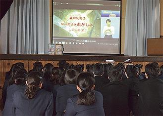 映像に見入る生徒たち