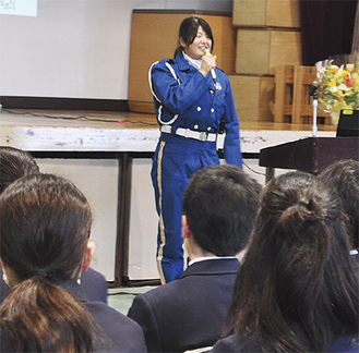 白バイ隊員の藤井さんの話に耳を傾ける生徒ら