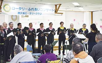 歌声を披露するメンバー