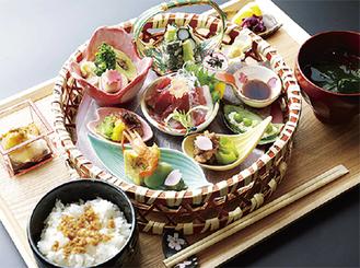 櫻御膳 2680円馬刺し3点(中トロ、赤身、フタエゴ)、揚げ物や焼き物といった季節の前菜、小鉢、ご飯、汁物、甘味、抹茶
