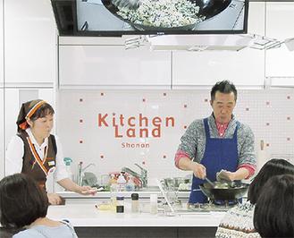 焼き飯を作る佐々木さん