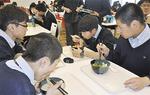 昼食を楽しむ生徒ら